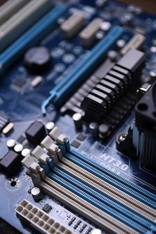 Carte mère d'ordinateur et composants électroniques mémoire cpu gpu et différentes prises pour carte vidéo close up
