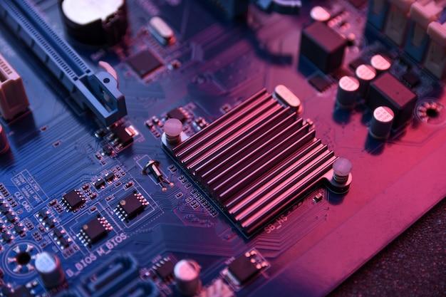 Carte mère d'ordinateur et composants électroniques mémoire gpu cpu et différentes prises pour carte vidéo close up