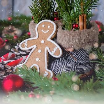 Carte de noël avec des biscuits en pain d'épice, décoration de vacances et sapin.