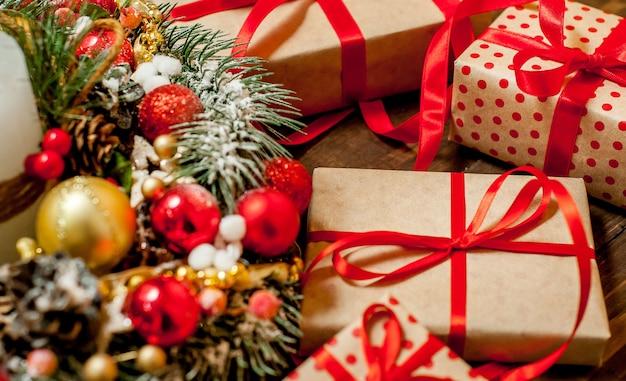Carte de noël avec boîte-cadeau et jouets sur fond de bois.