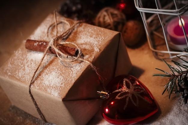 Carte de noël. une boîte-cadeau de vacances et un arrangement de noël festif .photo avec espace de copie