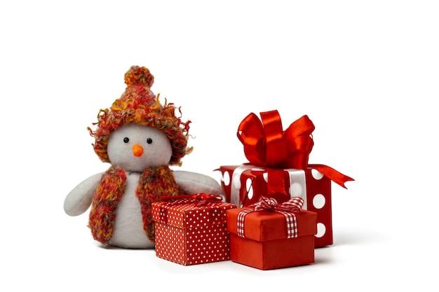 Une carte de noël bonhomme de neige fait main drôle dans un chapeau avec des cadeaux pour la nouvelle année d'isolement