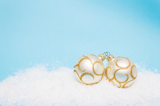 Carte de noël avec des boules pour l'arbre de noël dans la neige, copyspace