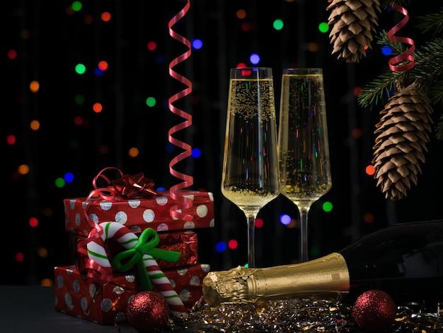 Carte de noël avec des cadeaux de champagne et arbre de noël