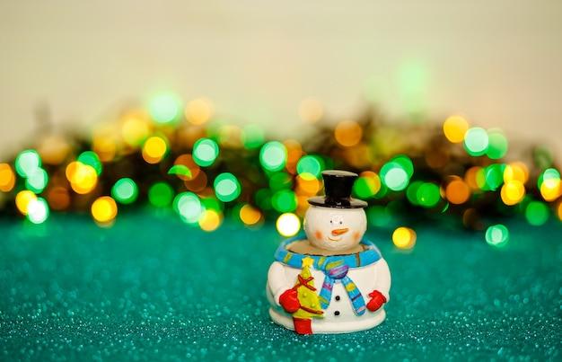 Carte de noël décorée de bonhomme de neige bokeh et lumières