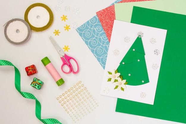 Carte de noël du nouvel an avec vos propres mains faites-le vous-même avec la carte postale faite à la main pour bébé