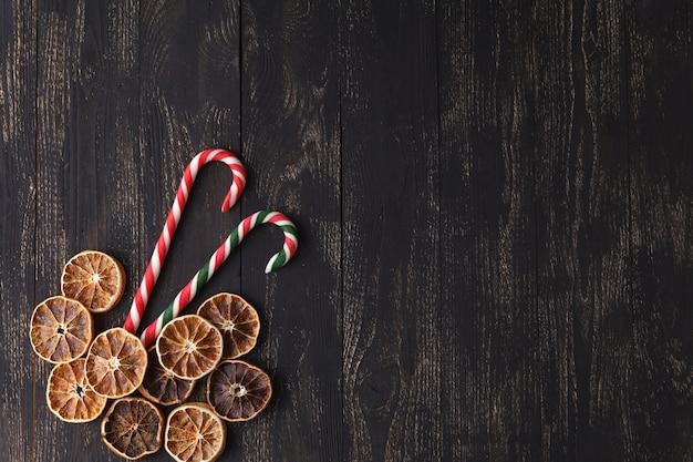 Carte de noël avec un espace pour les salutations avec biscuit au gingembre, bâtonnets de caramel
