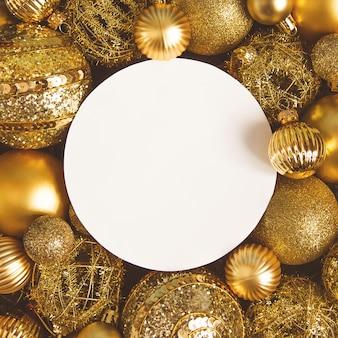 Carte de noël avec espace pour le texte, les ballons de noël et du nouvel an d'or