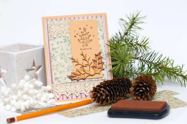 Carte de noël de fond de scrapbook et outils avec décoration