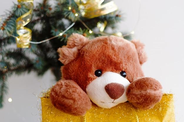 Carte de noël avec ours en peluche et arbre