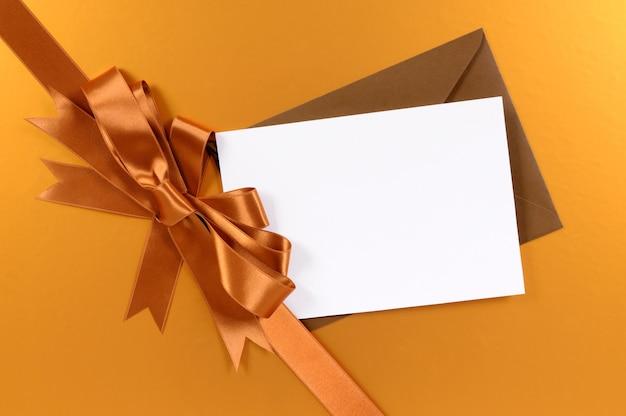 Carte de noël avec ruban cadeau