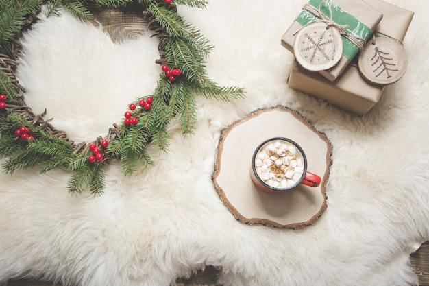 Carte de noël. tasse de café, guirlande, cadeaux faits à la main