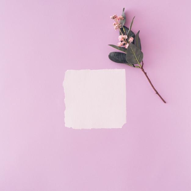La carte en papier blanc sur fond violet pastel. la lettre d'amour de la saint-valentin.
