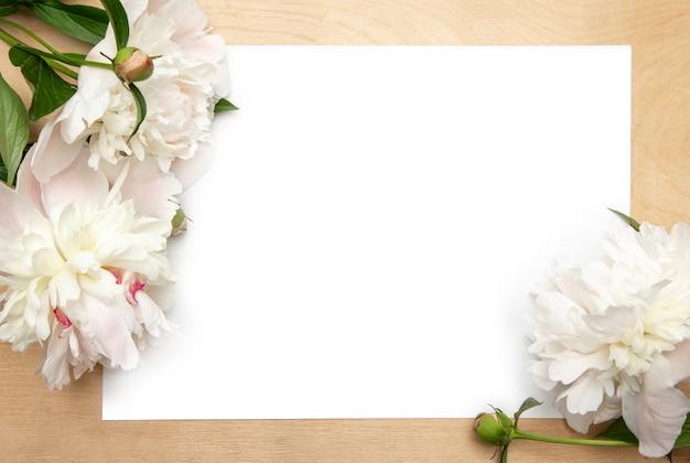 Carte en papier blanc avec pivoines