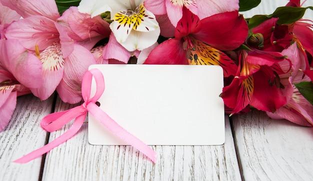 Carte de papier avec des fleurs d'alstroemeria