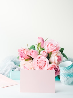 Carte de papier rose vierge pour la saint valentin ou mère femme