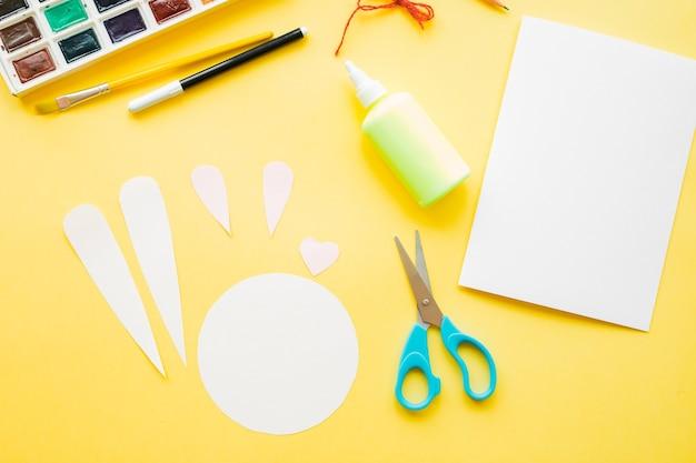 Carte de pâques bricolage. comment faire du lapin en papier pour les voeux de pâques.
