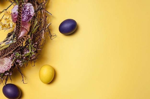Carte de pâques. oeufs de pâques peints dans le nid sur jaune