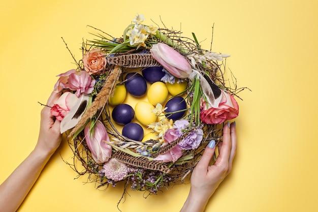 Carte de pâques. oeufs de pâques peints dans le nid