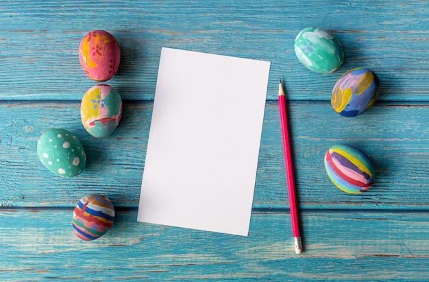 Carte de pâques vide et oeufs de pâques colorés. concept de vacances de pâques.
