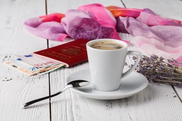 Carte, passeport, carnet et tasse de café sur une table en bois, idées de voyage