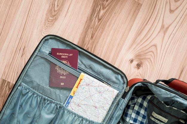 Carte et passeport dans la valise