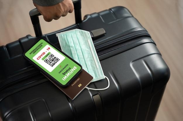 Carte de passeport d'immigration de voyage de l'homme pour montrer un certificat de vaccination contre le covid-19 à l'aéroport