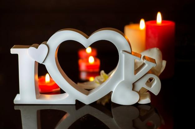 Carte postale au jour de tous les amoureux ou saint valentin sous la forme du mot amour