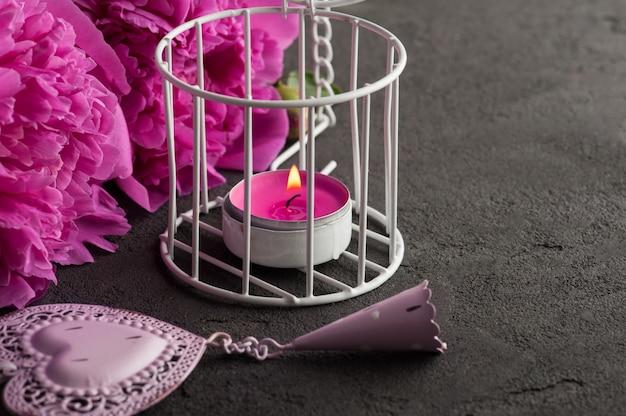 Carte postale avec coeur, fleurs de pivoine