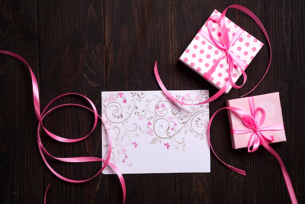 Carte postale coeur rose et boîte-cadeau