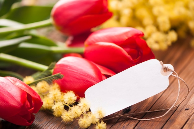 Carte postale du 8 mars et fleurs de mimosa
