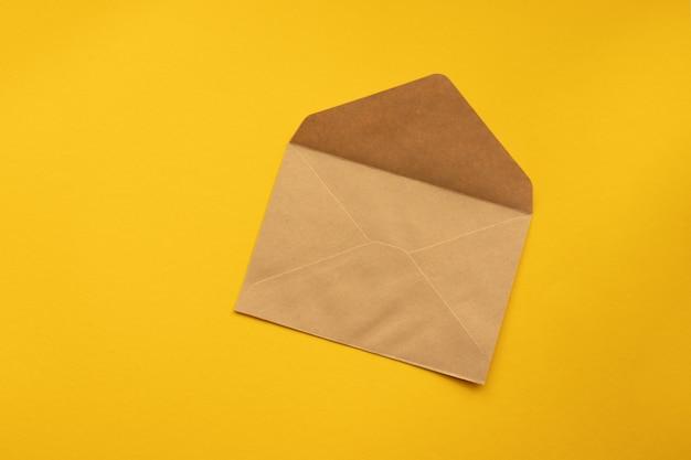 Carte postale. enveloppe en papier kraft brun.