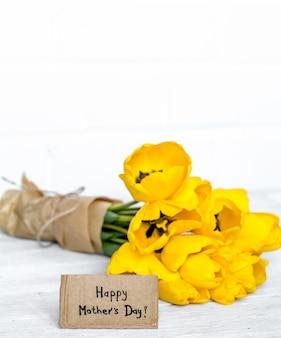 Carte postale fête des mères et tulipes jaunes sur bois