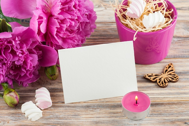 Carte postale avec des fleurs de pivoine, des bonbons