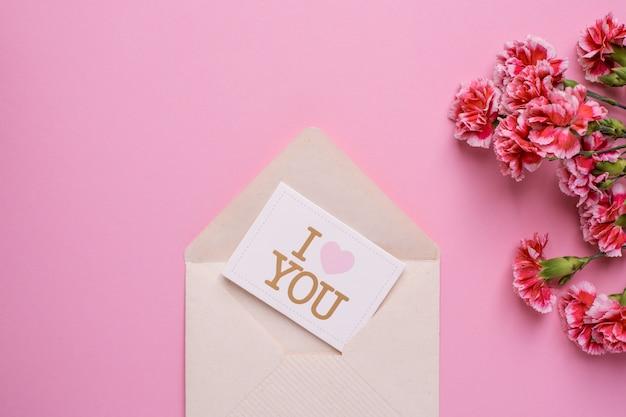 Carte postale je t'aime avec des fleurs roses sur rose