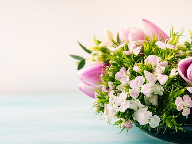 Carte pourpre vide fleurs roses tulipes printemps couleur pastel.