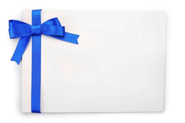 Carte avec ruban de satin bleu foncé isolé