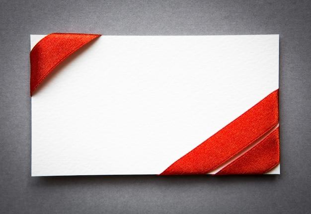 Carte avec des rubans rouges arcs