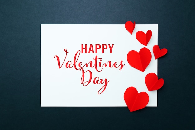 Carte de saint valentin avec coeur rouge sur cadre en papier bleu, mise à plat, vue de dessus