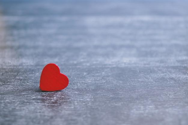 Carte de saint valentin avec coeur rouge sur fond en bois foncé, message d'amour. concept d'amour. romantique.