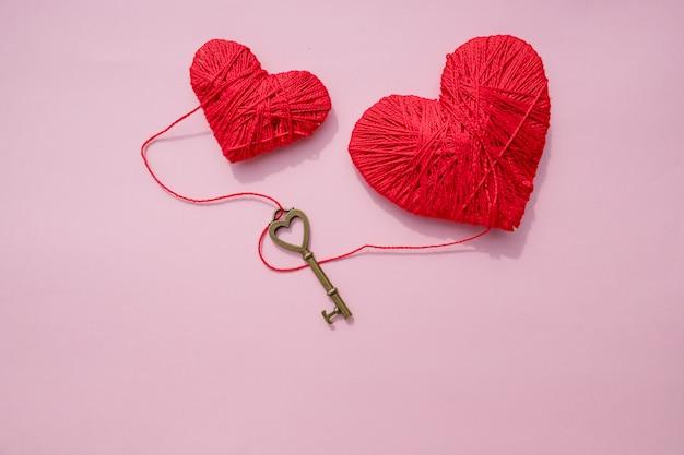 Carte de saint valentin avec coeurs rouges et fond clé