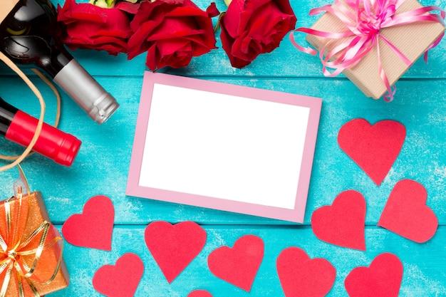 Carte de saint valentin avec vin, roses et coeurs