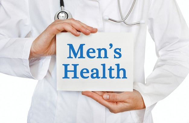 Carte de santé des hommes entre les mains du médecin
