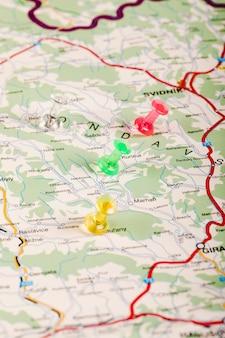 Carte de la slovaquie avec des punaises multicolores