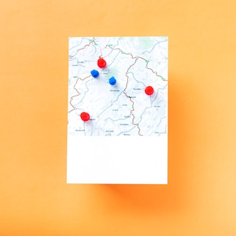 Carte avec un tas d'épingles