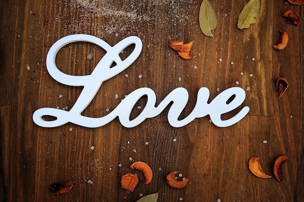 Carte de texte d'amour sur fond en bois