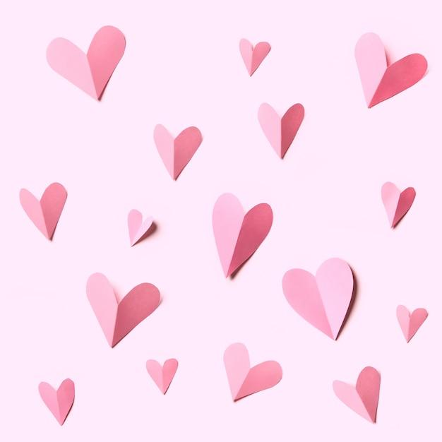 Carte de vacances. coeur fait de papiers roses isolés sur fond blanc. texture pour la décoration de la carte postale.