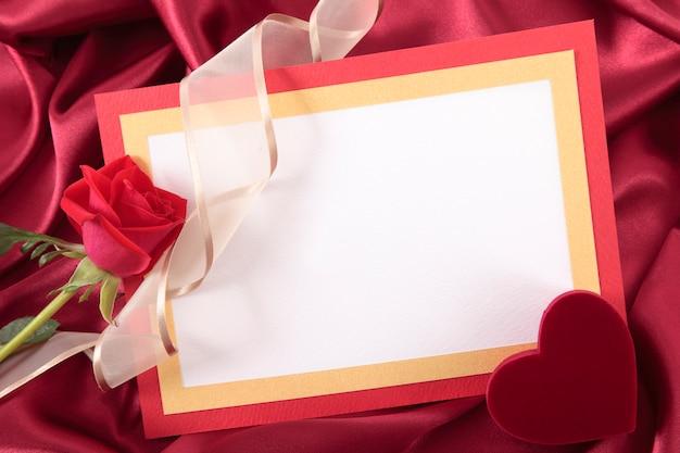 Carte de valentine avec boîte de rose et de cadeaux