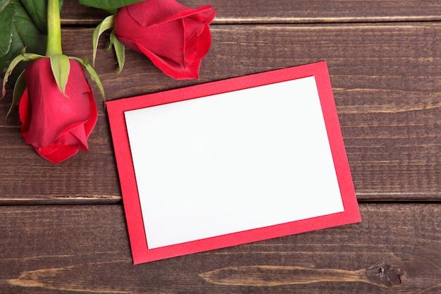 Carte de valentine avec des roses sur planche de bois