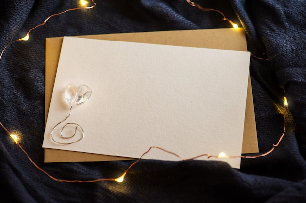 Carte vide sur tissu bleu